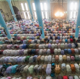 Thousands pray in mosque