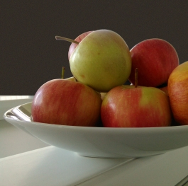 A plate with apples