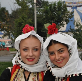 Macedonian girls in traditional costume