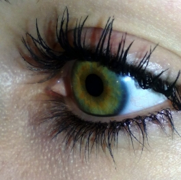 Green eye looking for love...