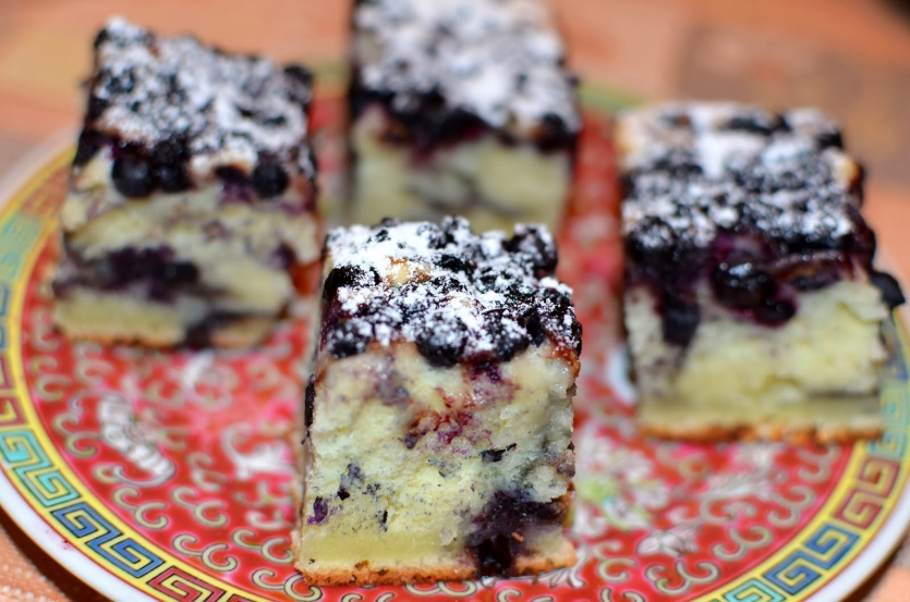 Ricote cake and blueberries