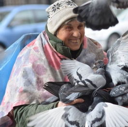 Women with pigeons